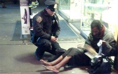 mendigo, nova iorque, descalço, sem-abrigo, polícia,