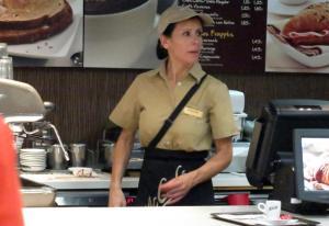 Paparazzi - A cantora, Dora a trabalhar no McDonalds na Avenida de Roma em Lisboa.